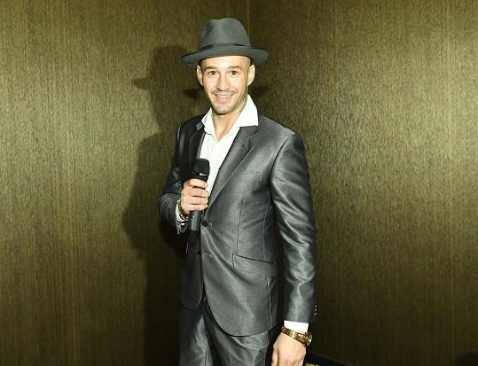 Sámer na vystoupení v kasinu jako James Bond zpíval v klobouku.