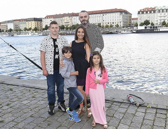 S rodinou se vrátili z dovolené.