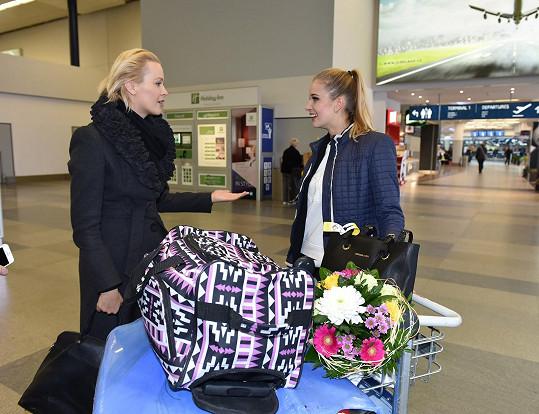 Gábinu vítala na letišti Lenka Cornová z České Miss.