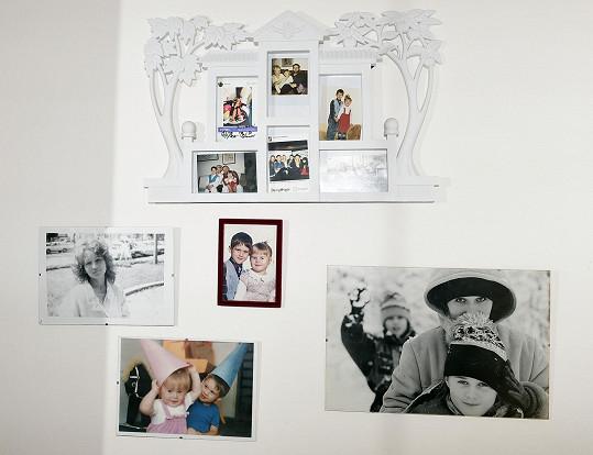 Na zdi má vzpomínky na dětství.