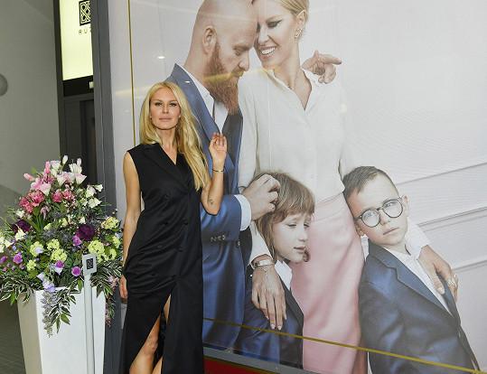 Simona u plakátu, kde pózuje celá její rodina.