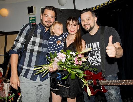 Karolina s Michalem Kavalčíkem a manželem s dcerou, kteří ji přišli podpořit.