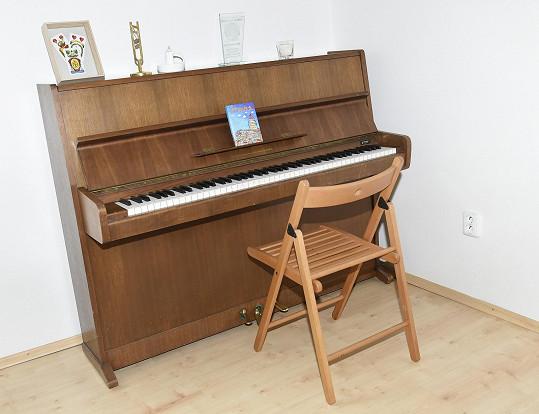 V ložnici nesmí chybět piano, na které zpěvačka často hraje.