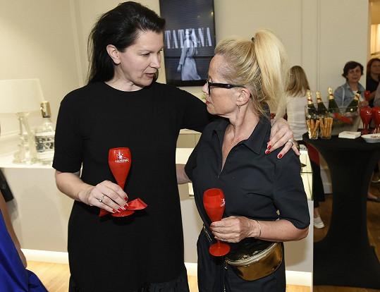 Na reopeningu butiku návrhářky Táni Kovaříkové jí byly všechny její modely velké.