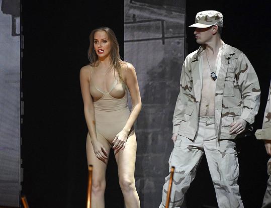 Na pódiu se ukázala v tělovém body.