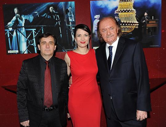 František Janeček s Terezou Kostkovou a jejím manželem Petrem Kracikem na výročním stém představení