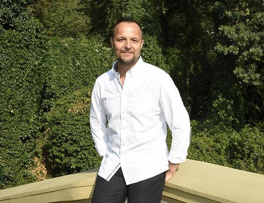 Petr Rajchert se od dob kapely Chinaski a Života na zámku moc nezměnil.
