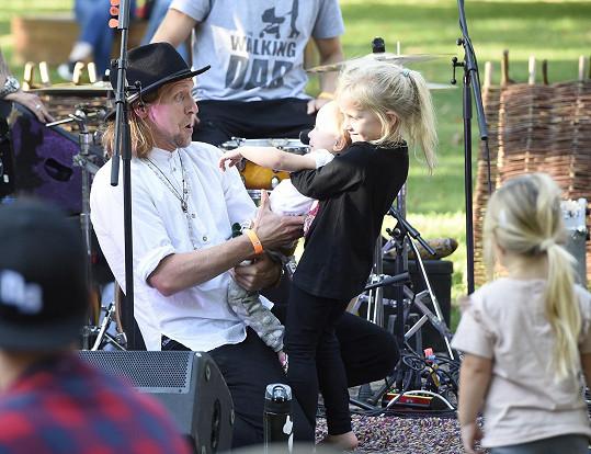 Tomáš s nejstarší dcerkou Josefínou, která už je školačka.