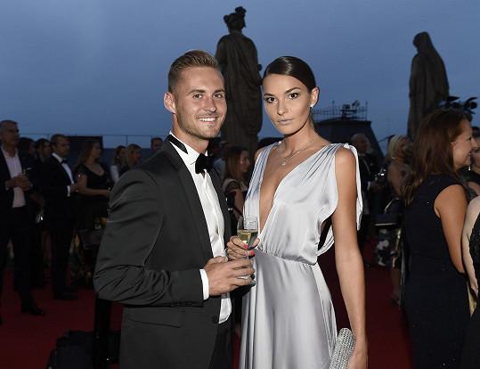 Královna krásy ladila s partnerem Patrikem, který oblékl smoking.