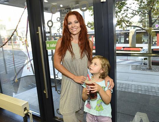Míša Nosková s dcerou Eliškou, která prozradila, že se zpěvačka rozešla s přítelem.