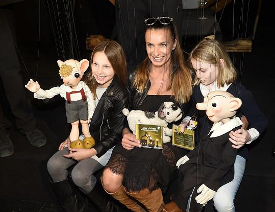 Do divadla Spejbla a Hurvínka dorazila herečka s dcerou (vlevo) a její kamarádkou.