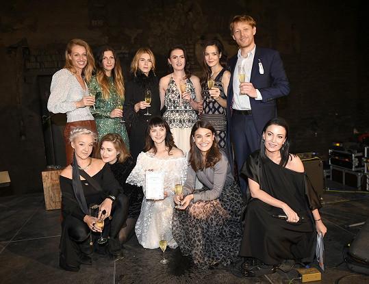 Na křest a dražbu dorazily i další celebrity, které se rozhodly pomoci ženám v tíživé životní situaci. Akci moderovala Gabriela Partyšová.