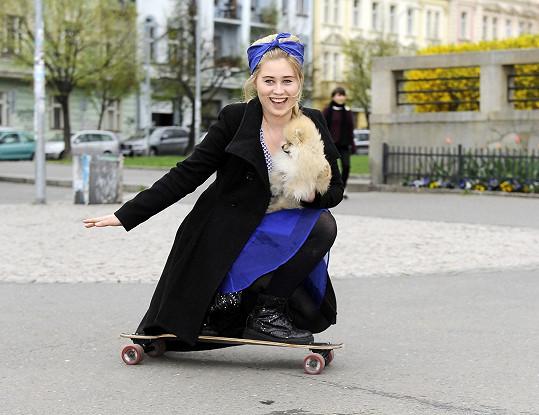 Elis jezdí po Praze na skatu. I s Teddym.