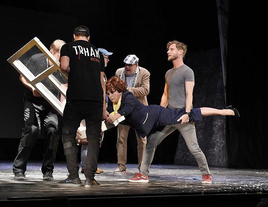 Během představení mu spadla na ruku kulisa a neobešlo se to bez krve.