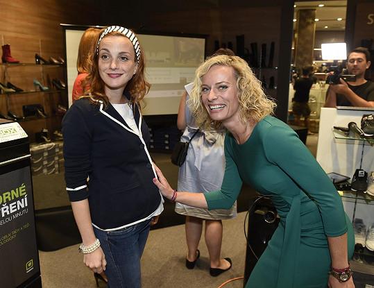 Její bříško obdivovala moderátorka Kristina Kloubková.