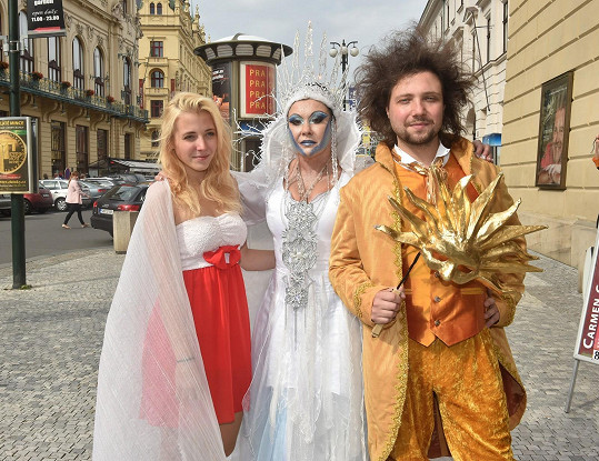 Anička, Dáda a Felix se fotí před divadlem Hybernia, kde se bude představení hrát.