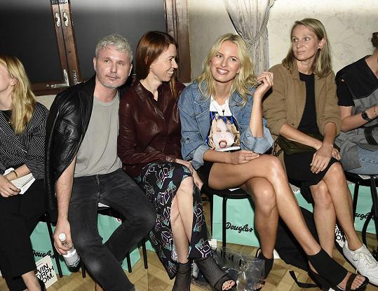 Modelku usadili vedle šéfredaktorky československé Vogue Andrey Běhounkové, se kterou ji pojí letité přátelství, a ředitele pražského týdne módy Lukáše Loskota.