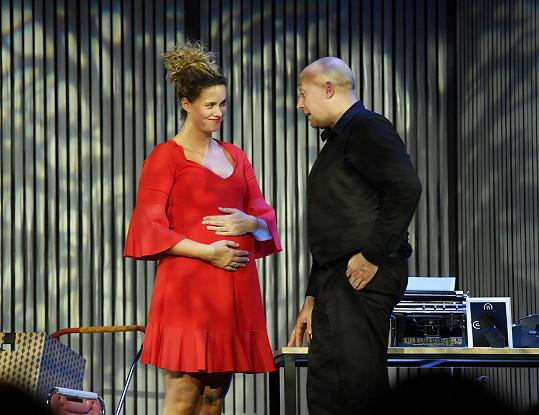 Během představení se na jevišti objeví i s těhotenským bříškem.
