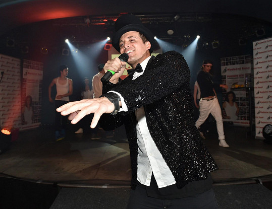 ...a na pódium vyrazil aspoň v improvizovaném kostýmu.