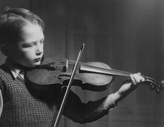 Petr Janda začínal hrou na housle, které ale brzy vyměnil za kytaru.