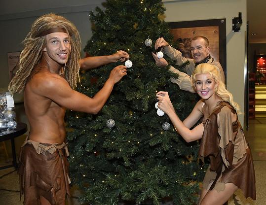 První zdobení stromku absolvoval s kolegy v divadle.