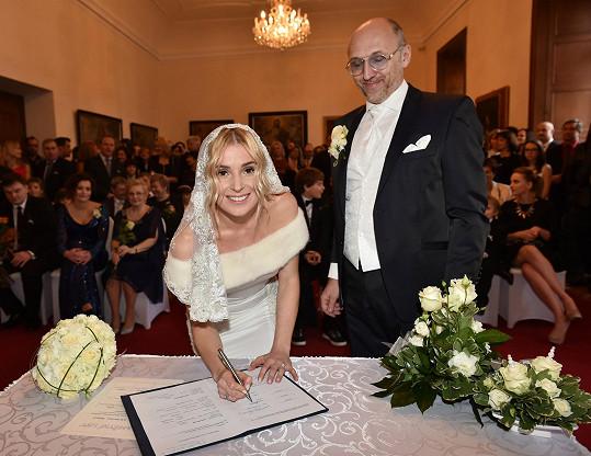Mladá paní se poprvé podepsala jako Halina Wronka Mlynková.