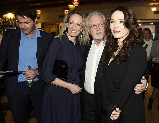S Terezou Kostkovou, Alenou Antalovou a Mirkem Šimůnkem, kteří si ve snímku zahráli.