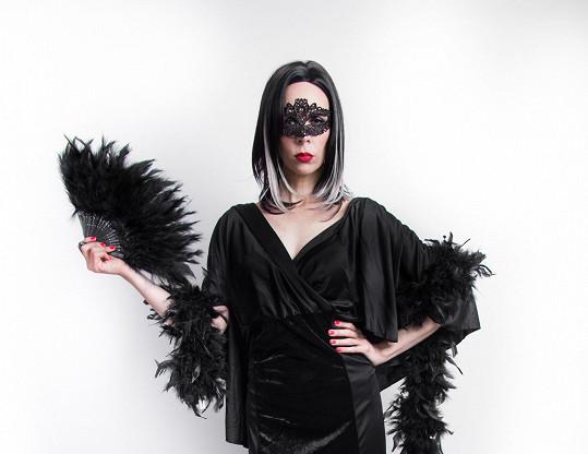 Zároveň alternuje také roli zákeřné Černé labutě.