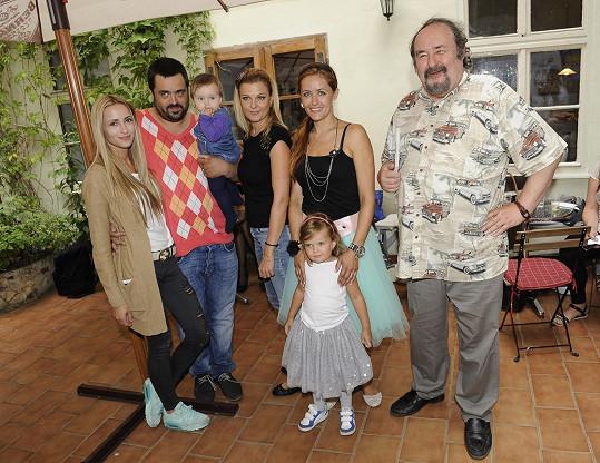 Petr Novotný s dcerami, synem Pavlem a jeho rodinou