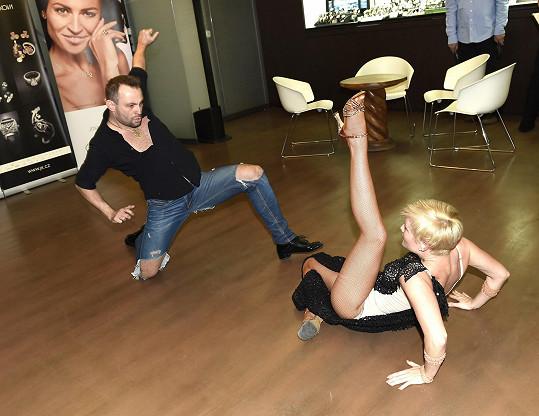 Ač to na fotce vypadá jako souboj, Marek s Terezou tančili zamilovanou rumbu...