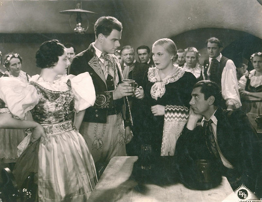 Jedna z dramatických postav vesnických žen. Filmová adaptace románu Karolíny Světlé Kříž u potoka (1937)