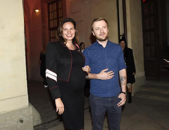 Eliška s partnerem na pražském týdnu módy
