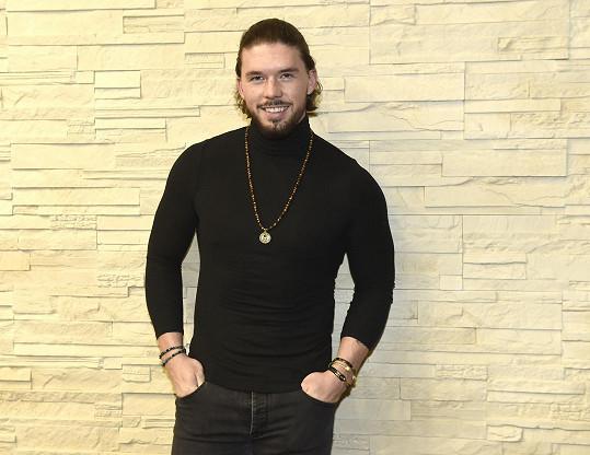 Matyáš Hložek v roli modela na přehlídce šperků
