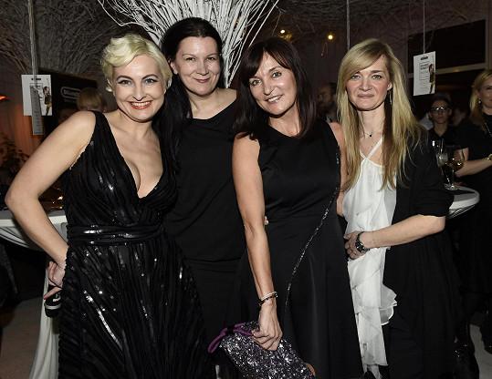 Barbara s návrhářkami, které věnovaly do dražby své výtvory. Chyběla jen Ivana Mentlová.