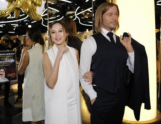 Monika s voskovou figurínou Brada Pitta