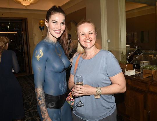 My jsme se s ní potkali na představení výživových doplňků na bázi konopí, kde ji zaujala polonahá hosteska.