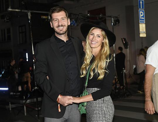 Petr Říbal a modelka Michaela Hávová poprvé ve společnosti jako manželé.