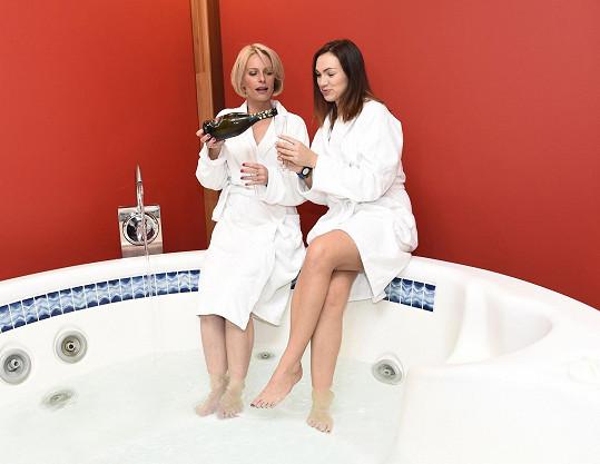 S Kamilou Nývltovou při relaxaci otevřely šampaňské.