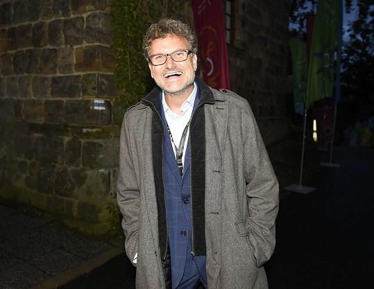 Patrik Hartl na večírku, kde se mj. oslavoval jeho film Prvok, Šampón, Tečka a Karel.
