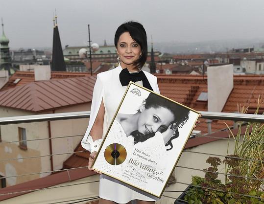 Za album už dostala zlatou desku.