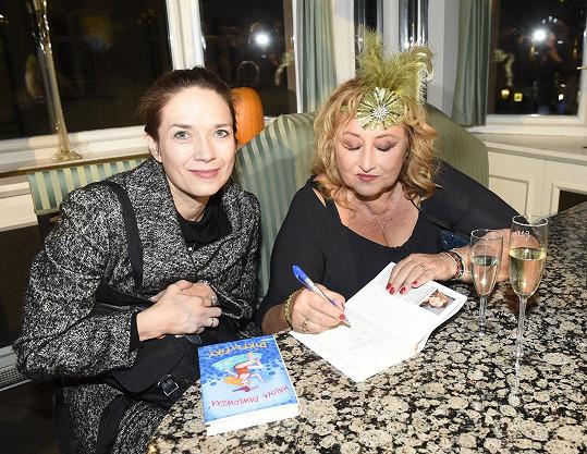 Knihu si od ní nechala podepsat i Tereza Kostková.