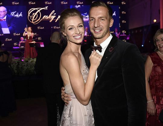 Na Český ples ji doprovodil přítel Milan.