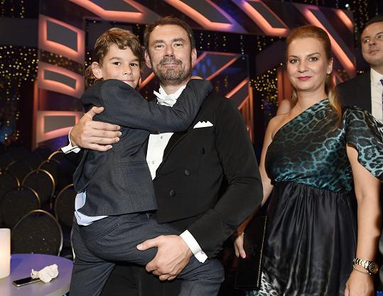 Manu má s manželkou a matkou svého synka Janou dobrý vztah, ale nežijí spolu.