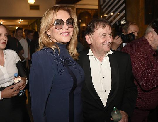 Zdravila se s přítelem svého muže Michaelem Žantovským.
