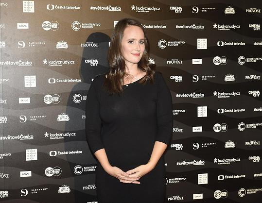 Další hlavní dámou večera byla režisérka Olga Špátová Malířová, jejíž dokument Karel o Karlu Gottovi se tady předpremiérově uvedl.