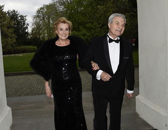Hudební režisér a dirigent Milan Wolf s manželkou Zdeňkou při příchodu na Žofín