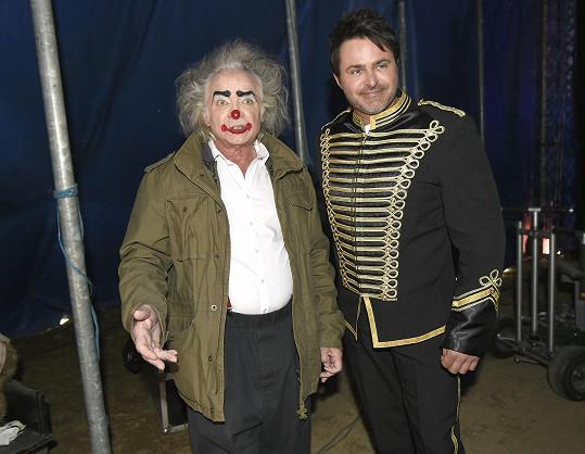 Kaiser s Miroslavem Šimůnkem, který který hraje cirkusového zřízence.