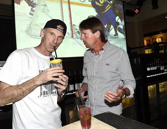 Dominik chodil sledovat mistrovské hokejové zápasy a při té příležitosti hostil kamarády.