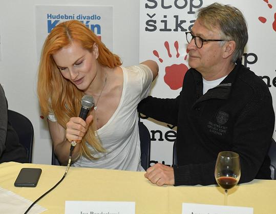 Iva s režisérem Antonínem Procházkou na tiskové konferenci nadačního fondu Stop šikaně!