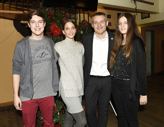Vladimír Hron starší s dětmi a manželkou Michaelou
